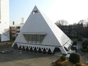 本学のかつてのシンボル「ピラミッド校舎」1960-2008(長沼撮影)