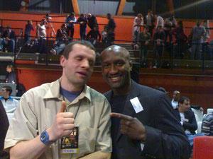 Stéphane avec le champion du monde et d'Europe de boxe souleymane mbaye pour un festival de boxe attention sa vas cogner aux platines