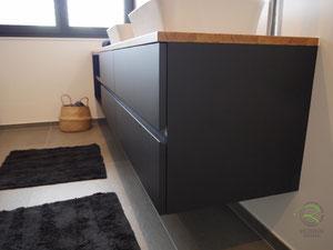 Waschtischunterschrank matt schwarz u. Antingerprint Beschichtung u. einer Eiche-Massivholz-Aufsatzplatte für Aufsatzbecken mit offenem Regal