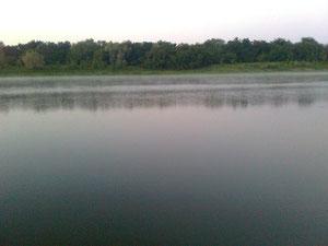 Под утро над водой поднимается пар из-за снижения температуры