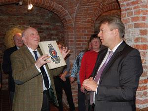Phönixer Vorstandsmitglied  Peter Kremer ehrt den Vorstandsvorsitzenden der Sparkasse zu Lübeck Frank Schuhmacher für die Unterstützung des Sponsoren-Club 2020