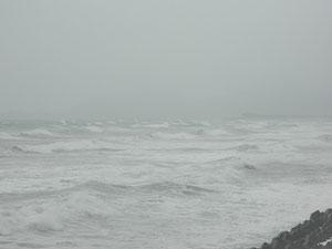 やはり勢力は弱くても台風ですね。17:15 クローズ・真っ白です。