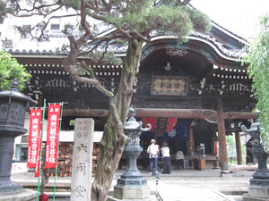 聖徳太子創建の寺。六角堂。