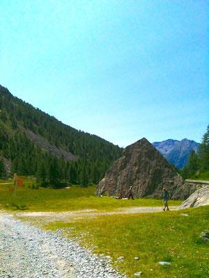 広場のピラミッド岩
