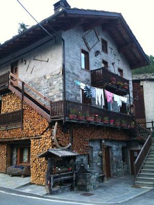 村の家。薪だらけ。可愛い♪
