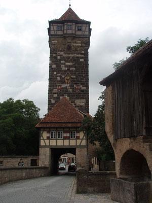 入り口。城壁もよく保存されてます。