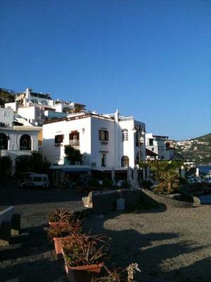 白い家が連なる様子は、ギリシャにも似てるかも。