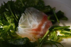 鯛は三重県産 野菜はルッコラとわさび菜