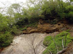 崩落地に囲まれ落石の危険性が高い
