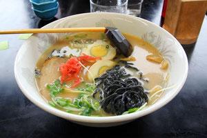 黒ラーメン 麺に竹炭が練りこまれている