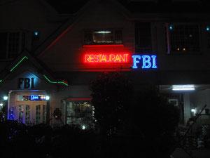 ホテル近くのレストラン「FBI」