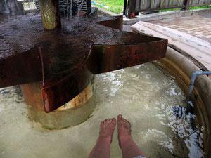 足湯 湧水口の湯は触れないほど熱かった