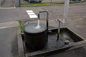 ホテル前で温泉がドバドバ出ている!