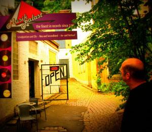 Andreas Thomsen vor seinem Musikpalast...