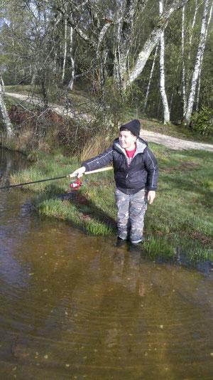 Un jeune pêcheur en action sur l'étang de Miel