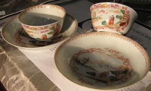 Paire de tasses de la famille rose, décor dans le goût de Meissen, XVIIIeme siècle.