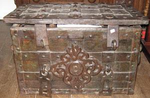 Coffre de Nuremberg, dit coffre de corsaire, époque XVIIeme (avec sa clef).