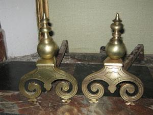 Paire de chenêts début XIXeme siècle: détails. Hauteur: 24,5 cm. Profondeur: 37 cm.