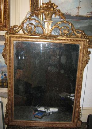 Superbe miroir d'époque Louis XVI, fronton au panier fleuri, chutes de grappes de raisins, perles et raies de coeur.
