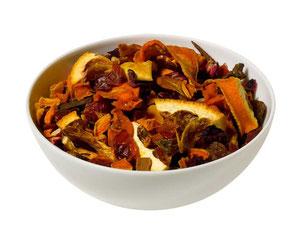 Das Foto zeigt eine weiße Porzellanschale mit losem Früchtetee der Fa. Wollenhaupt in der Geschmacksrichtung Orange-Karotte