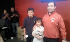 Iñaki recibiendo el trofeo como semifinalista