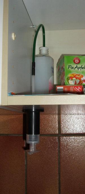 Seifenspender eingebaut am Küchenunterschrank