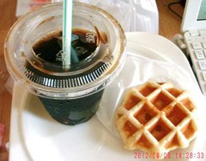おやつはアイスコーヒーとマンゴーワッフルねw