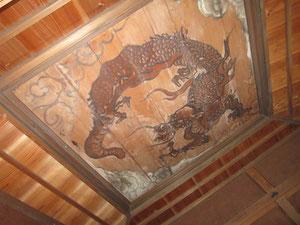 天井には立派な竜の絵が。竹千代は何を思いこれを眺めていたのだろうか…