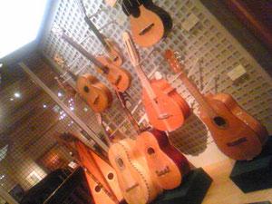 ラテンギター。妙にネックが短い。