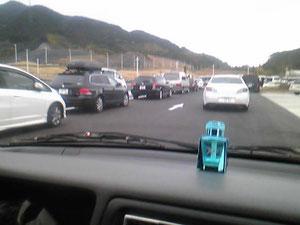 SA「NEOPASA清水」入口。既に満車で路上に車が溢れています。