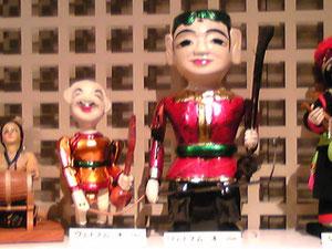 楽器を持つヴェトナム人形。何かいい。