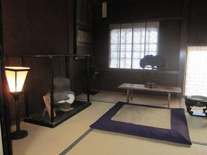 さあいよいよハイライト。本堂書院にある、竹千代が雪斎から兵法と字を教わったという「手摺の間」。四畳半で薄暗い。天下統一を果たした家康の原点がここかと思うと感慨深げ。