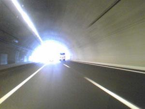 トンネル。やはり路肩が広い。非常口も多い。