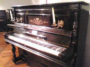 ヤマハの前身、日本楽器の戦前ピアノ。ロウソク付きで夜もOK。でもちょっと怖い…