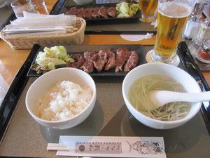 昼食。仙台駅で前職の恩師に牛タン定食を御馳走になりました^^ビールとまたよく合うんだなぁ、これが!