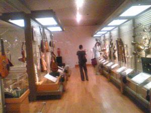 いろんな楽器が試聴可。楽器の歴史・つながりが分かる。