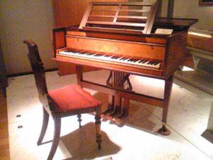 18世紀頃のチェンバロ。音が出る仕組みや音はまるでエレキギター(但しピアノのように音の強弱は無理)。弦楽器たる両者の共通点がよ~く分かる^^それにしてもいい雰囲気。欲しい…