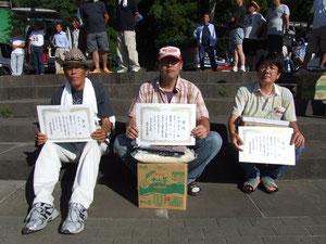 MB級入賞者 左より2位坂本正 優勝村瀬隆浩 3位西村功