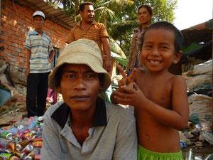 ゴミを集め売ることを職業にしている男性と息子