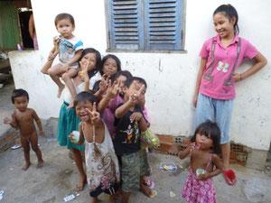 スラムの路上で遊ぶ子供たち