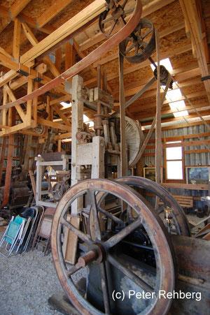 Diese Maschine zerkleinert die angelieferten Erdklumpen