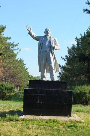 Памятник Ленину в парке,на центральной аллее