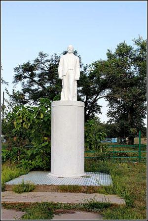 Памятник Ленину в сквере возле СДК