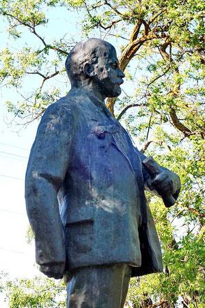 памятник Ленину во дворе школы
