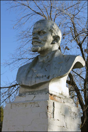 Памятник Ленину возле школы