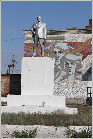 площадь у Дома культуры.Памятник Ленину