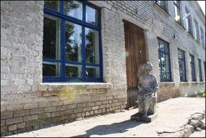Памятник юному Ульянову возле школы. фото А.Тихонова 2011 год