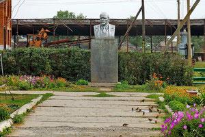 памятник Ленину возле правления