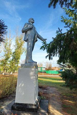 Памятник ленину у клуба