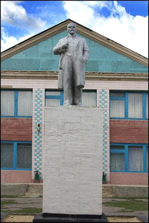 Памятник В.И.Ленину на площади у сельского Дома Культуры. фото А.Тихонова